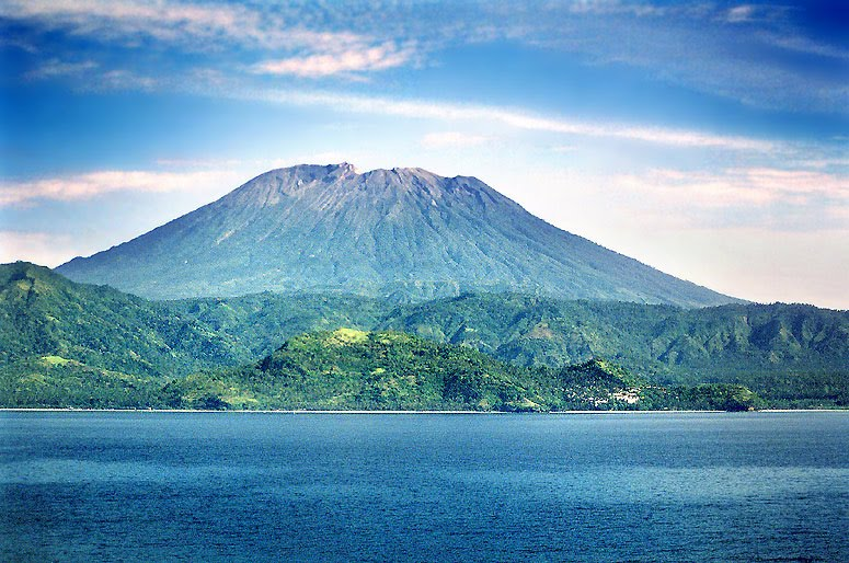 Mt. Agung, Bali, Indonesia (kuva googlesta)